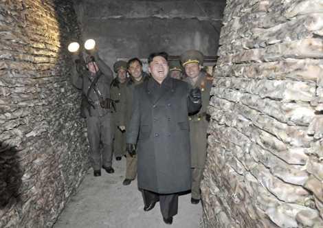 Ông Kim đến thị sát một kho tích trữ cá của quân đội Triều Tiên