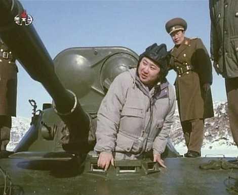 Hình ảnh ông Kim Jong-un kiểm tra xe thiết giáp của quân đội