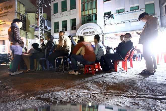 Tối 30/12, nhiều người đã tập trung về vỉa hè trước Trung tâm Y tế dự phòng Đà Nẵng (số 315 đường Phan Chu Trinh, quận Hải Châu) để chờ nhận phiếu tiêm văcxin dịch vụ 5 trong 1 Pentaxim.