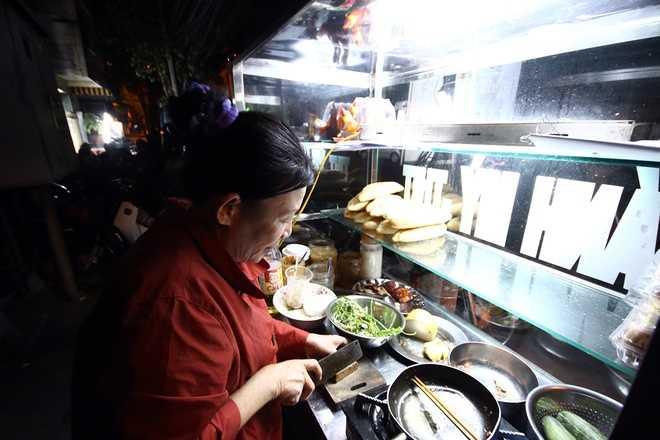 Một cửa hàng bán bánh mì đêm cạnh trung tâm cũng được dịp đắt khách. Tuy nhiên, chủ quán chỉ lấy đúng giá 10.000 đồng mỗi ổ.