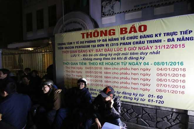Đợt này, Đà Nẵng được Bộ Y tế phân bổ 600 liều văcxin 5 trong 1 Pentaxim. Rút kinh nghiệm cảnh chen lấn như ở Hà Nội và TP HCM, Trung tâm Y tế dự phòng Đà Nẵng đã gắn bảng thông báo chỉ nhận đăng ký trực tiếp, không đăng ký qua mạng.