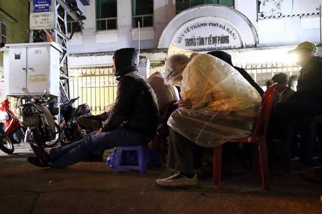 Thời tiết ở Đà Nẵng đêm 31/12 khoảng 20 độ C. Tuy nhiên, ở ngoài trời có gió lạnh, nhiều người mang theo áo mưa để mặc.