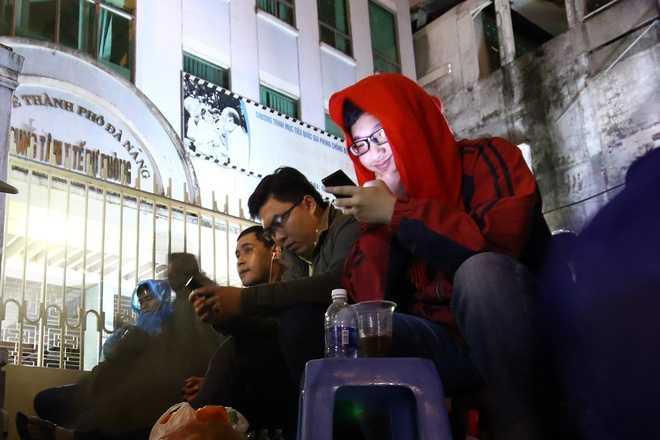 Một số người tranh thủ lên mạng tán gẫu với bạn bè hay nhắn tin thông báo về gia đình.