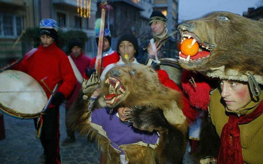 Thanh niên Romania đổ ra đường phố đón năm mới