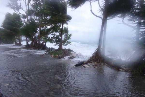 Thế nhưng người dân đảo Samoa vào giây phút này đang phải hứng chịu gió bão