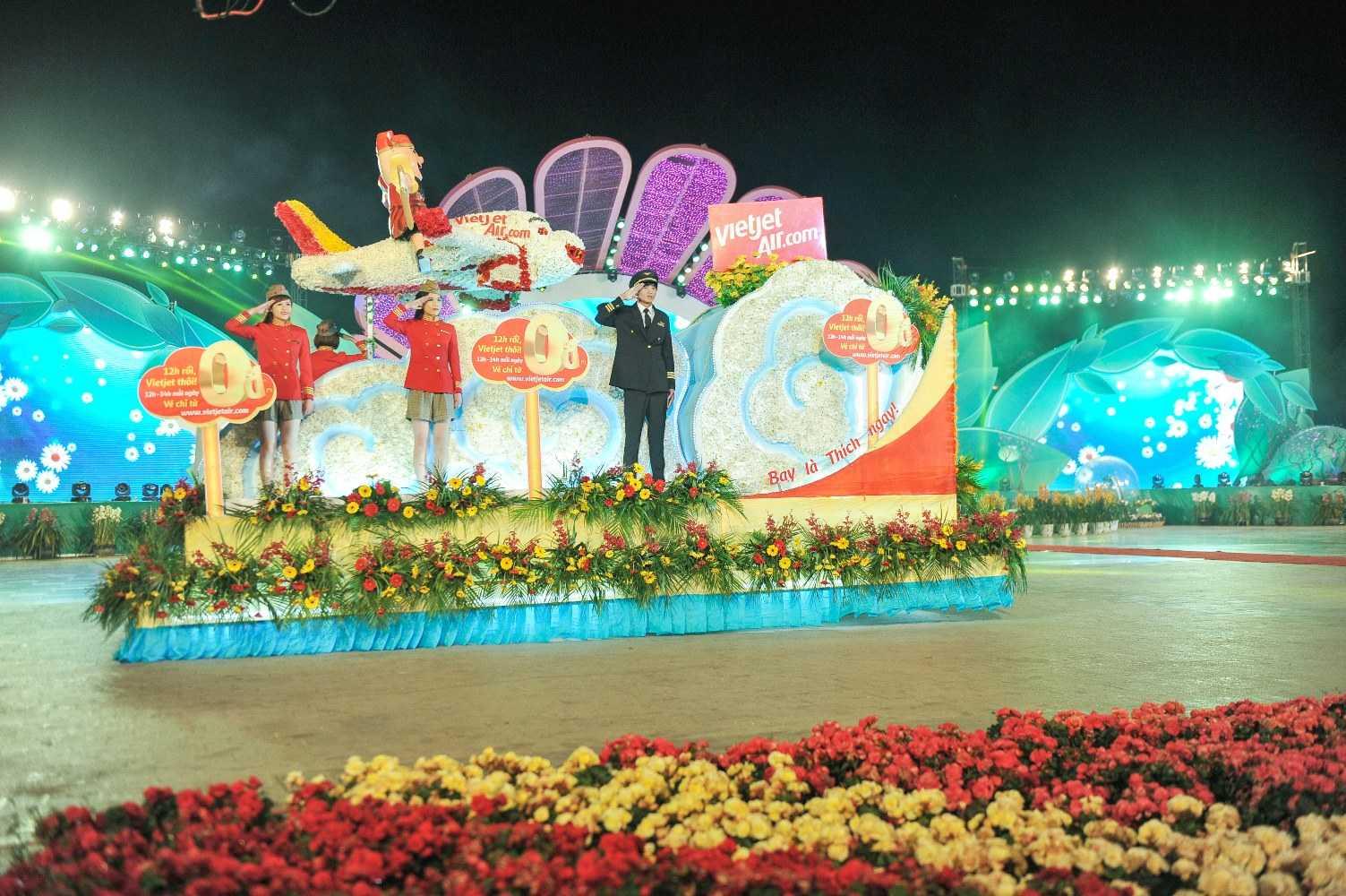 Xe hoa Vietjet diễu hành trong đêm khai mạc