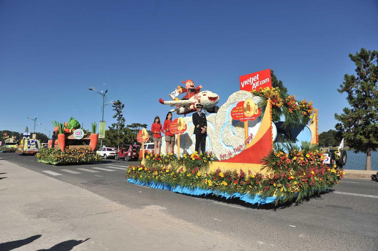 Xe hoa Vietjet diễu hành khắp thành phố Đà Lạt