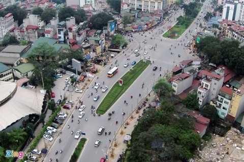 Đề án thay thế 6.700 cây xanh của TP Hà Nội trong năm 2015 đã vấp phải sự phản ứng dữ dội của dư luận. Trong ảnh, đường Nguyễn Chí Thanh được mệnh danh là con đường đẹp nhất thủ đô bống chốc trơ trọi khi hàng loạt cây xanh bị đốn hạ để thay thế (Ảnh: Zing.vn)