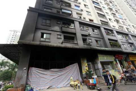 Năm 2015, hàng loạt vụ cháy chung cư ở Hà Nội khiến người dân hoang mang. Trong ảnh là vụ cháy chung cư Xa La trong đêm, nhiều hộ dân sau đó đã phải di tản để khắc phục sự cố. Liên tiếp những ngày sau đó, nhiều tòa chung cư ở Hà Nội bị 'bà hỏa' ghé thăm.
