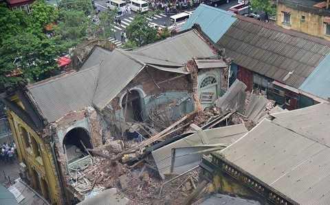 Ngày 22/9, căn nhà cổ tại số 107 Trần Hưng Đạo bất ngờ đổ sập, khiến hai người tử vong và nhiều người bị thương. Căn nhà cổ được một đơn vị thuộc ngành đường sắt sử dụng làm trụ sở. Sự cố đã đặt ra nhiều lo ngại về chất lượng các ngôi nhà cổ đang được sử dụng trên toàn thành phố Hà Nội. Ngay sau đó, thành phố đã chỉ đạo các đơn vị chức năng khẩn trương rà soát chất lượng những ngôi nhà cổ trên địa bàn.