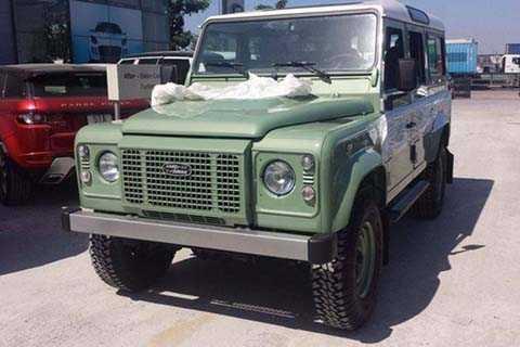Mẫu SUV off-road mang tên Defender   Heritage Edition là một trong 3 phiên bản đặc biệt cuối cùng mà Land   Rover thực hiện trước khi khai tử dòng xe việt dã huyền thoại này.