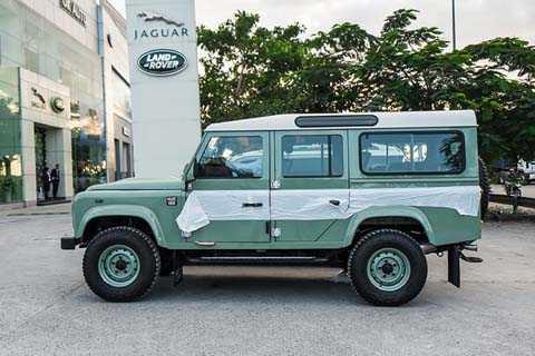 """Ngoại hình của Defender Heritage Edition   lấy cảm hứng từ chiếc The Series I, mẫu xe đầu tiên của Land Rover và   cũng là cái gốc của Defender. Bởi cái tên """"Defender"""" chỉ bắt đầu được   dùng từ năm 1991."""