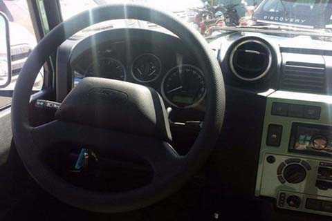 Vô lăng thiết kế đơn giản hai chấu được   bọc dạng cao su. Bảng đồng hồ tốc độ thiết kế cổ điển dạng kim với nền   đen chữ trắng là 1 trong những chi tiết có thể gọi là hiện đại trên   chiếc xe.