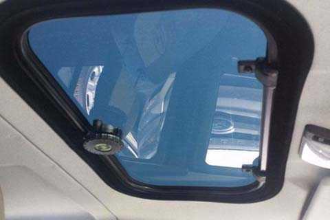 Xe cũng sở hữu một sổ trời được thiết kế   nhỏ nhắn ở hàng ghế phía trước, nó được thiết kế với nút vặn đóng mở   điều khiển bằng tay.