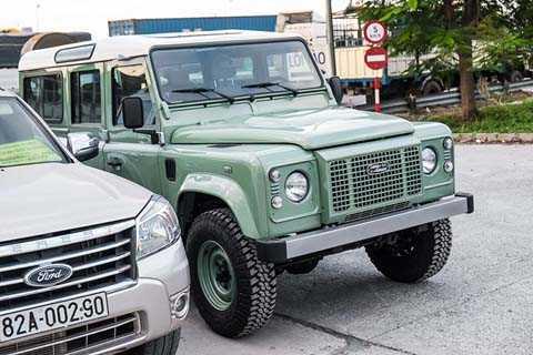 Land Rover Defender Heritage Edition   có khả năng tăng tốc từ 0-100 km/h trong 17 giây, trước khi đạt tối đa   147 km/h. Mẫu SUV off-road này hiện là chiếc duy nhất tại Việt Nam được   Land Rover nhập khẩu chính hãng. Nó có giá khoảng 1 đến 2 tỷ đồng.