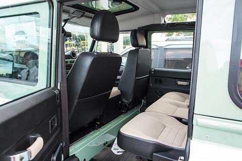 Cũng giống như ngoại thất, xe sở hữu   nội thất đơn giản với ghế bọc da đen kèm nỉ ngồi dành cho 5 chỗ ngồi với   2 trước, 3 sau. Bên trong nội thất với nhiều chi tiết bằng thép trùng   với màu xanh ngoại thất của xe.