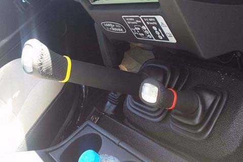 Defender nổi tiếng với cấu hình dẫn   động 4 bánh toàn thời gian và được trang bị 1 hộp số phụ cho bộ gài cầu.   Hộp số phụ này giúp phân chia sức mạnh chiếc xe ra 2 dải tốc độ thấp và   cao
