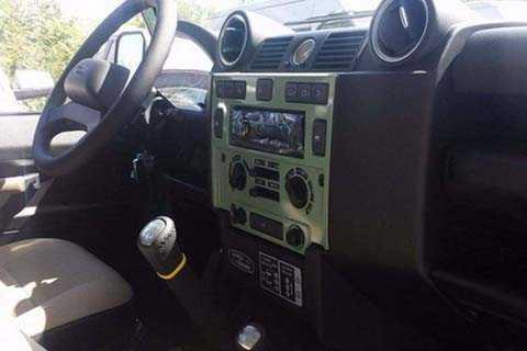 Ngoài ra, Defender cũng có khóa vi   sai trung tâm. Kết nối đa phương tiện của xe gồm có; dàn đầu giải trí CD   của Alpine, đi kèm kết nối USB và Aux In...