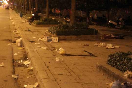 Rác rưởi trắng xóa đầy đường sau các lễ hộị (Ảnh: NLĐO)