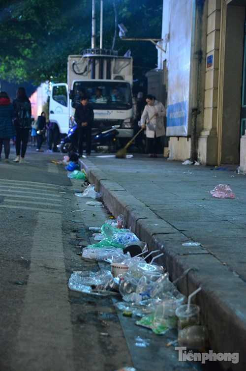 ... đến những cốc nước nhựa bị vứt lại bên đường sau khi đón giao thừa(Ảnh:TPO)