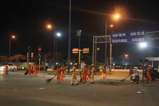 Nhiều công nhân vệ sinh được huy động dọn dẹp ngay trong đêm... (Ảnh: NLĐO)