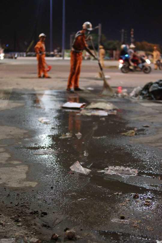 ... để trả lại vẻ sạch sẽ cho thành phố vào buổi sáng đầu năm (Ảnh: NLĐO)