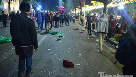 Thủ đô Hà Nội cũng không ngoại lệ, sau các bữa tiệc đếm ngược mừng năm mới, quanh khu vực Hồ Gươm cũng ngập tràn... rác (Ảnh:TPO)