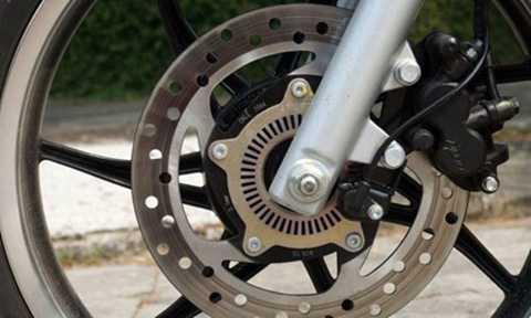Phanh ABS trên bánh trước của xe