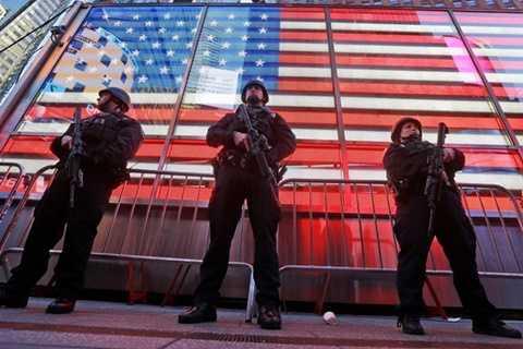 Cảnh sát New York bảo đảm an ninh tại quảng trường Thời đại trong đêm đón Năm mới. (Ảnh: AP)