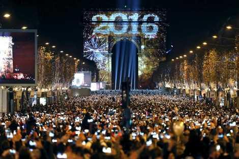 Năm mới ở Đại lộ Champs Elysees, Paris, Pháp