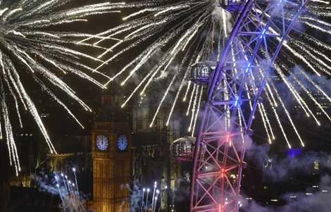 Pháo hoa bên tháp đồng hồ Big Ben, London