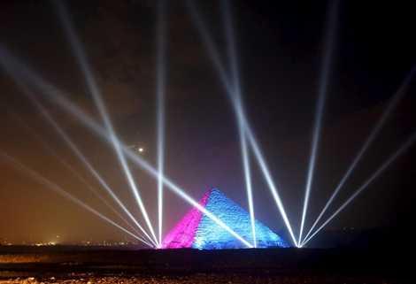 Kim tự tháp ở Ai Cập rực sáng đêm giao thừa