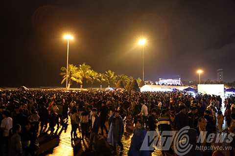 Từ rất sớm, người dân đã đổ về Công viên Biển Đông để thưởng lãm màn pháo hoa trên biển, chào đón năm mới.