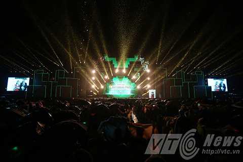 Người dân Đà Nẵng dự tiệc đón năm mới trong mưa