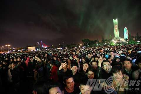 Hàng vạn người dân tập trung về Quảng trường 29/3 để được đón năm mới