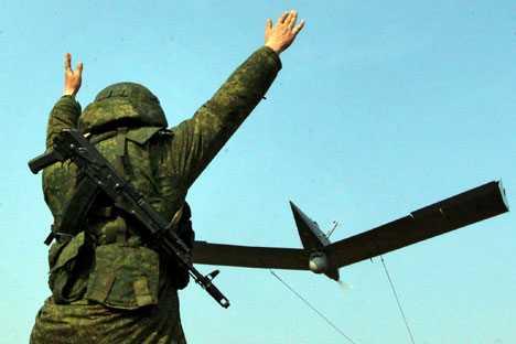 Binh lính Nga cho máy bay không người lái cất cánh