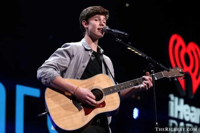 6. Shawn Mendes (17 tuổi) là ca sĩ trẻ người Canada được ví như Justin Bieber. Năm 2013, Shawn nổi lên như hiện tượng trên Vine với những video thu hút hàng triệu người xem. Album đầu tay Handwritten ra mắt tại vị trí quán quân bảng xếp hạng US Billboard 200 cùng doanh số trong tuần đầu phát hành đạt 106.000 bản, giúp Shawn trở thành người trẻ nhất có album lọt top 25 trên bảng xếp hạng Billboard Hot 100.