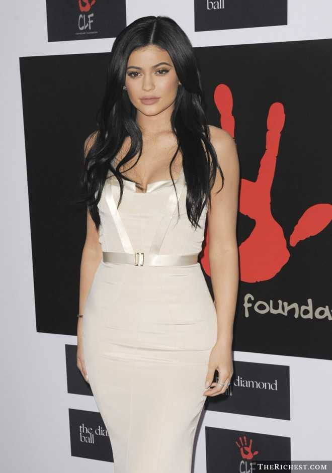 4. Kylie Jenner (18 tuổi) - thành viên trẻ nhất nhà Kardashian - là nhân vật đặc biệt nhất trong danh sách. Cô luôn xuất hiện với gu thời trang nổi bật và là một trong những sao nhận nhiều like (thích) nhất trên Instagram. 9X được tìm kiếm rất nhiều trên Google, có ảnh hưởng lớn đến một bộ phận giới trẻ. Tuy nhiên, cô thường xuyên bị cho là hình mẫu xấu cho thanh thiếu niên, đứng đầu thế hệ mới nhạt nhẽo, vô ích và hư hỏng.
