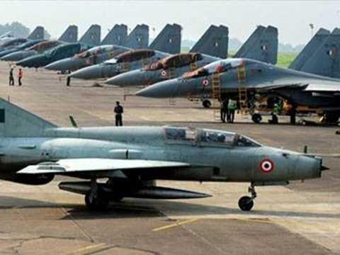 Chiến đấu cơ MIG-21 và máy bay Su-30 tại một căn cứ không quân Ấn Độ. Ảnh: AFP