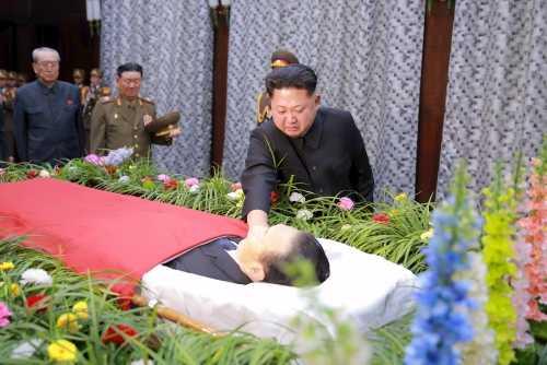 Lãnh đạo Triều Tiên Kim Jong-un từ biệt lần cuối cố trợ lý. Ảnh: KCNA