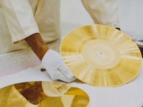 Đĩa mạ vàng chứa âm thanh giao tiếp với người ngoài hành tinh.