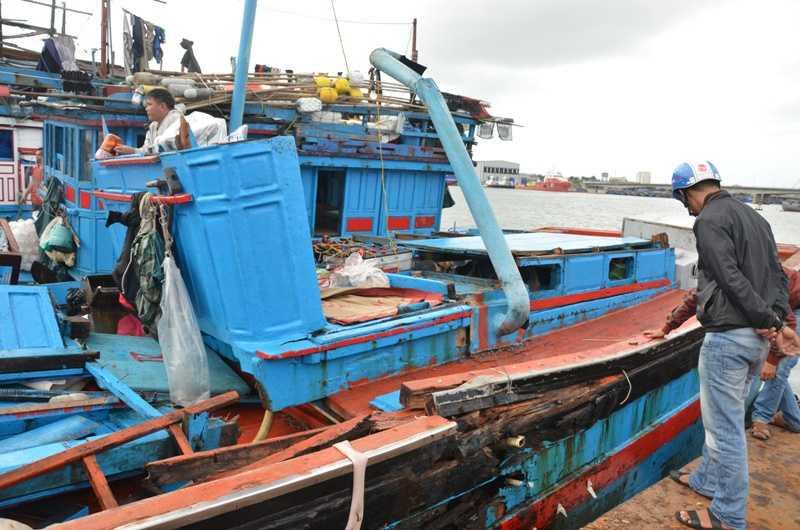 Tàu cá của ngư dân Quảng Ngãi bị tàu lạ húc liên tiếp
