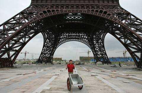 Tháp Eiffel nhái ở khu dân cư khu dân cư Tianducheng có chiều cao bằng 1/3 tháp thật ở Paris