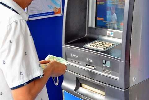 Thẻ ATM ở Việt Nam chủ yếu để rút tiền mặt Ảnh: Tấn Thạnh