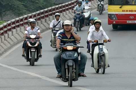 Điều khiển xe máy 1 tay có bị xử phạt? Ảnh minh họa.