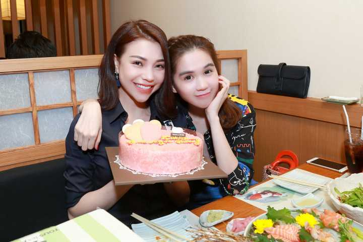 Người đẹp đất Mũi sinh năm 1990 đã có bữa tiệc đón tuổi mới nhẹ nhàng, giản dị và ấm cúng bên cạnh những người bạn rất thân thiết với cô, đặc biệt là Ngọc Trinh.