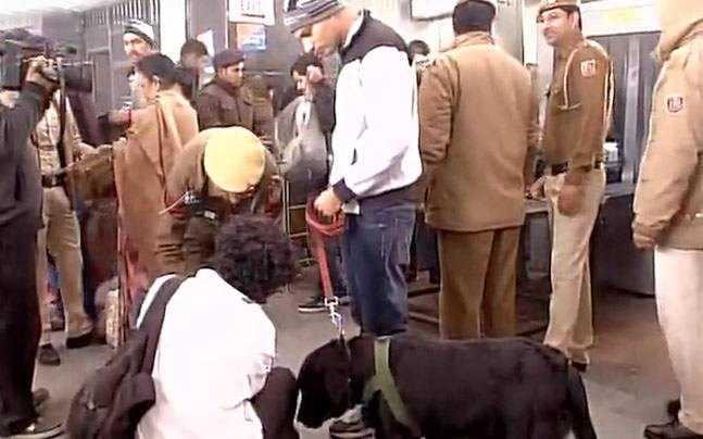 Cảnh sát Ấn Độ lục soát một số hành lý khả nghi