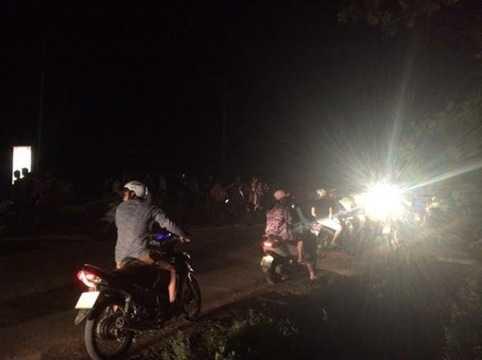 Sau khoảng 30 phút, hàng trăm người dân hiếu kỳ đã tập trung về đây để chứng kiến. Sự việc khiến ách tắc giao thông cục bộ trong một thời gian ngắn, đoạn Km50 – 52 QL8A. Ảnh: NĐT