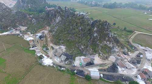 Núi đá vôi làng Yên Thái - nơi xảy ra vụ ngạt khí khiến 8 người chết. Ảnh: Zing