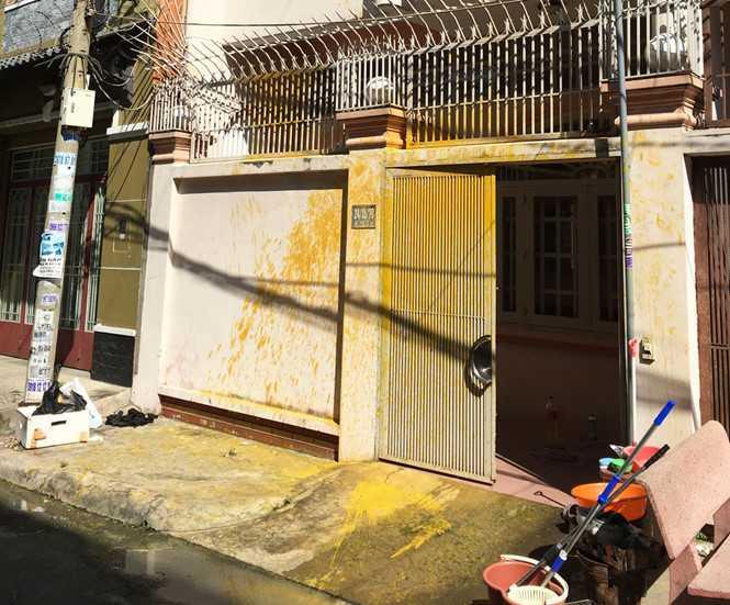 Căn nhà bị tạt sơn trộn mắm tôm nham nhở - Ảnh: Ngọc Thọ